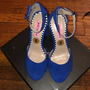 NWT BETSEY JOHNSON OPEN TOE HEELS SIZE 8 💙